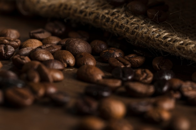 Koffiebonen op houten bureau
