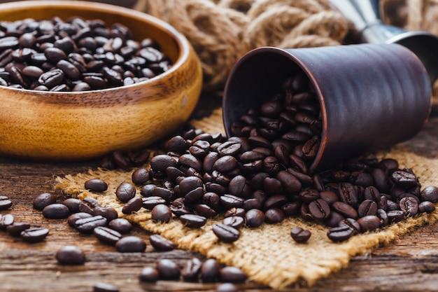 Koffiebonen op houten tafel