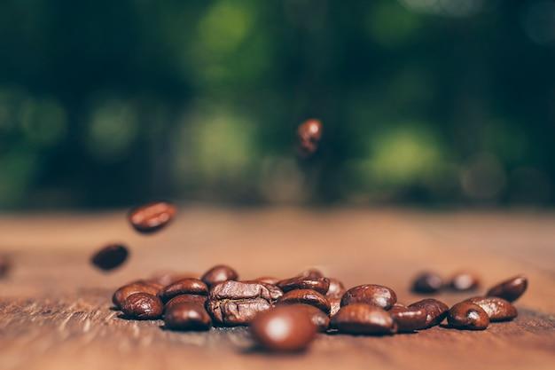 Koffiebonen op houten textuur. detailopname