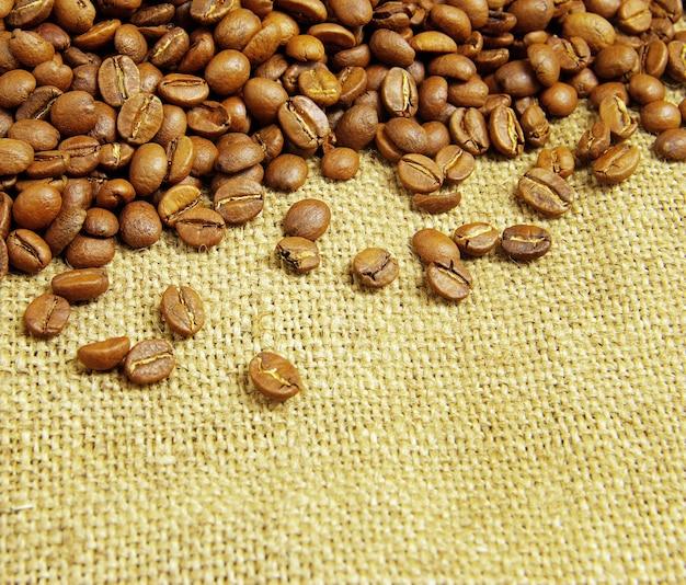 Koffiebonen op juteachtergrond