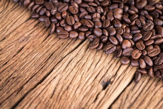 Koffiebonen op oude houten achtergrond