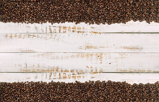 Koffiebonen op rustieke houten achtergrond