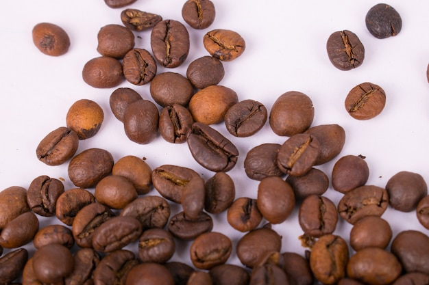 Koffiebonen op witte achtergrond isoleren