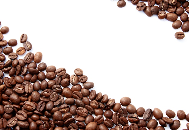 Koffiebonen op witte achtergrond worden geïsoleerd die