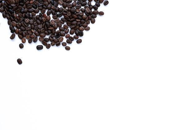 Koffiebonen op witte achtergrond