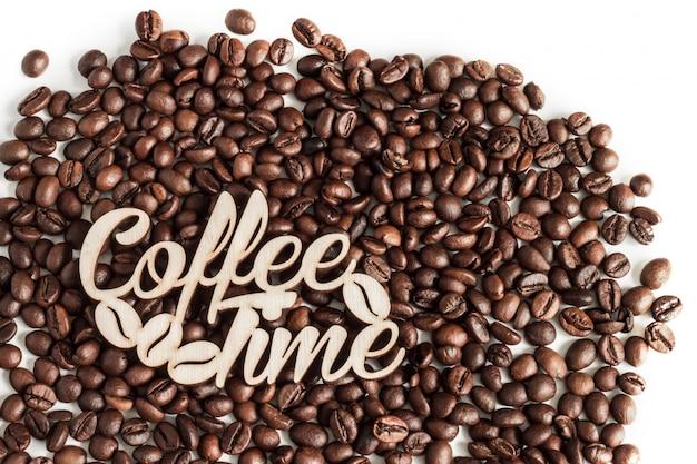 Koffiebonen op witte hoogste mening worden geïsoleerd die als achtergrond