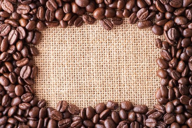 Koffiebonen op zakachtergrond met exemplaarruimte