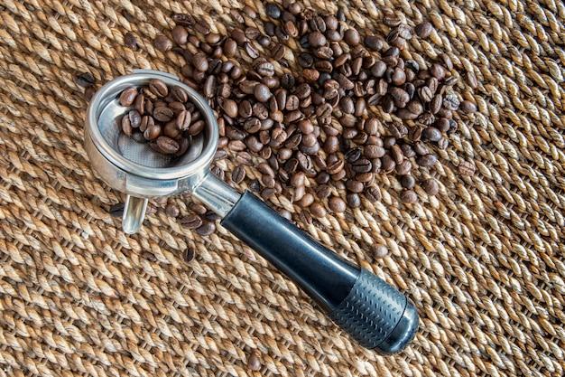Koffiebonen, portfilter en waterhyacint vlechtwerk achtergrond