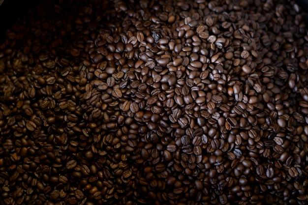 Koffiebonen roosteren in koffiebrander machine in coffeeshop.