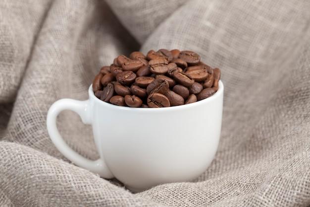 Koffiebonen voor het zetten van heerlijke koffie in een mok