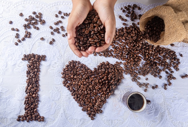 Koffiebonen vormen tekeningen en zinnen voor liefhebbers van koffie.