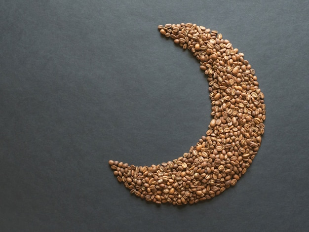 Koffiebonen zijn ingedeeld in de vorm van een halve maan.