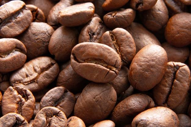 Koffiebonenachtergrond / koffiebonen om te malen / geroosterde koffie, bruin zadenclose-up. hete cafeïnedranken
