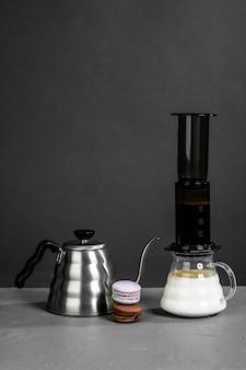 Koffiebonenmengmachine en roestvrijstalen waterkoker met lange schenktuit voor het met de hand zetten van koffie.