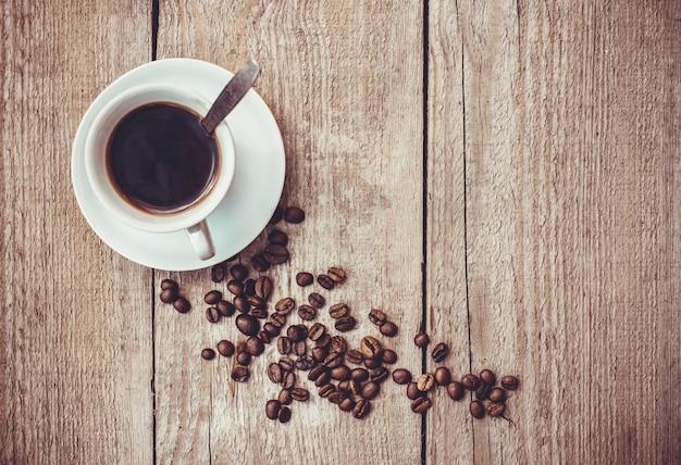 Koffieboon. een kopje koffie. selectieve aandacht.