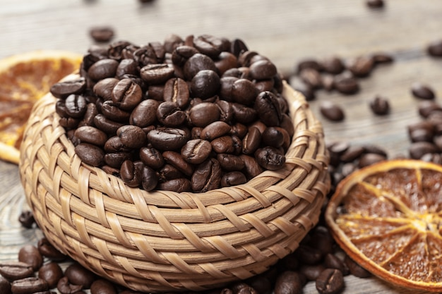 Koffieboon in houten kom