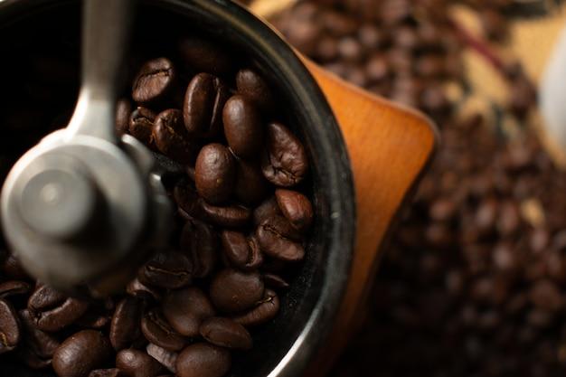 Koffieboon in koffiemolen met vage geroosterde koffieboon