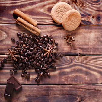 Koffieboon, kaneel, anijs en cake op hout bruin tafel