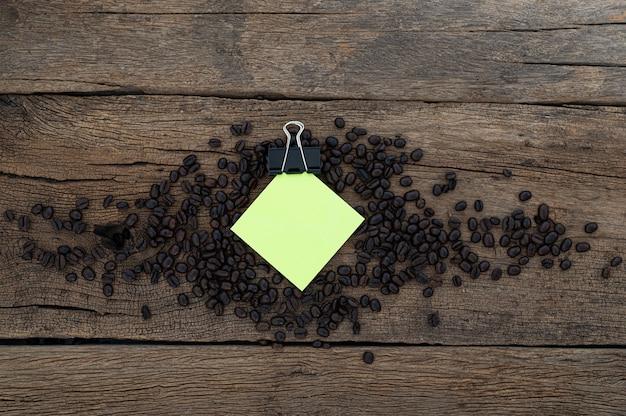 Koffieboon notitiepapier bij het bureau, bovenaanzicht