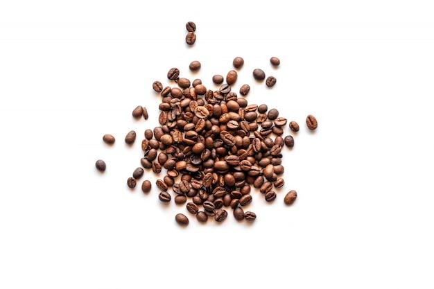 Koffieboon op wit met het knippen van weg wordt geïsoleerd die.