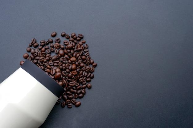 Koffieboon op zwarte houten achtergrond. bovenaanzicht