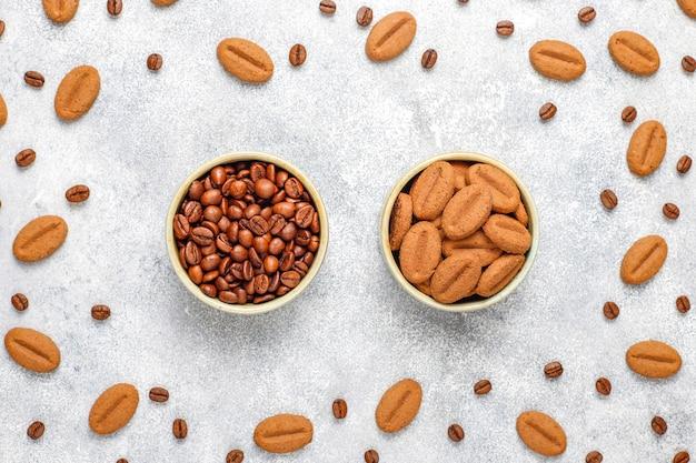 Koffieboon vormige koekjes en koffiebonen.