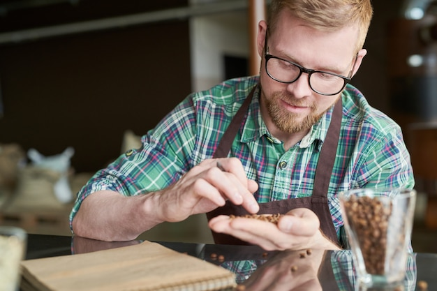 Koffiebrander onderzoekt bonen