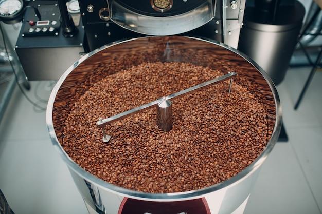 Koffiebrandermachine bij koffiebrandproces dat koffiebonen mengt