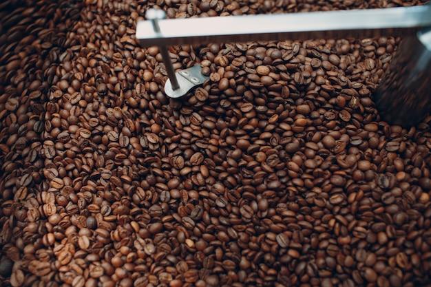 Koffiebrandermachine bij koffiebrandproces mengen en koelen van koffiebonen