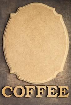 Koffiebrieven en uithangbord bij oude houten achtergrond, hoogste mening