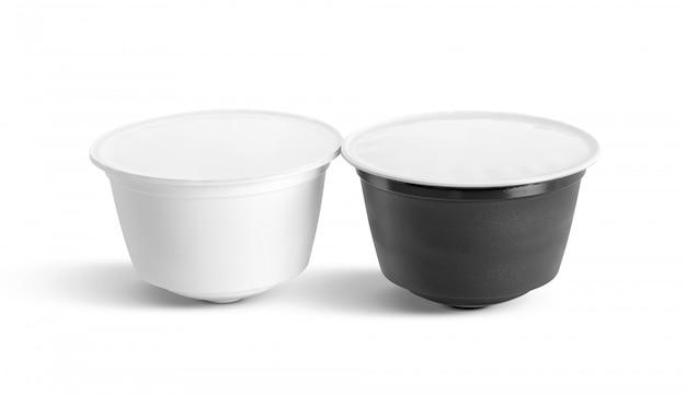 Koffiecapsules voor compatibele systemen die op wit worden geïsoleerd