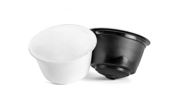 Koffiecapsules voor compatibele systemen die op witte achtergrond worden geïsoleerd
