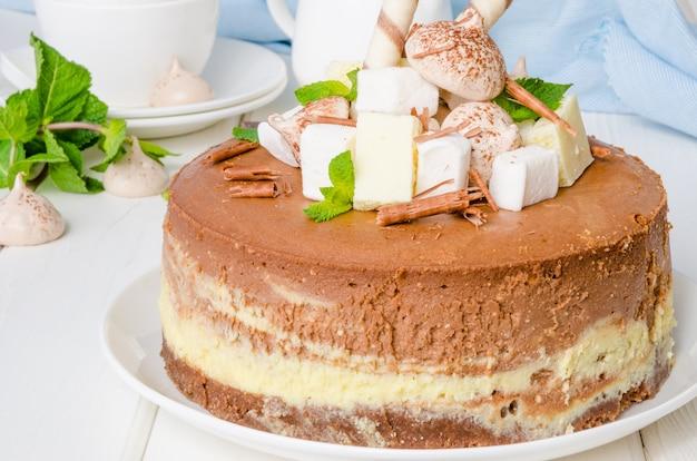 Koffiecheesecake van marmerchocolade met meringue, marshmallow en chocolade bovenop