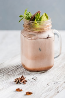 Koffiecocktail met chocolade en kaneel