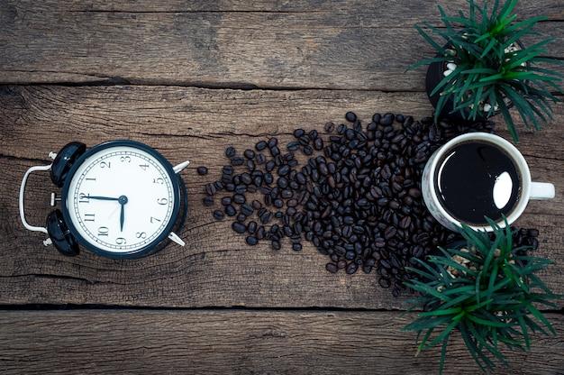 Koffieconcept geeft energie, tijd om te werken. bovenaanzicht op het bureau