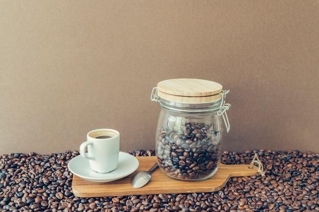Koffieconcept met espresso en pot aan boord