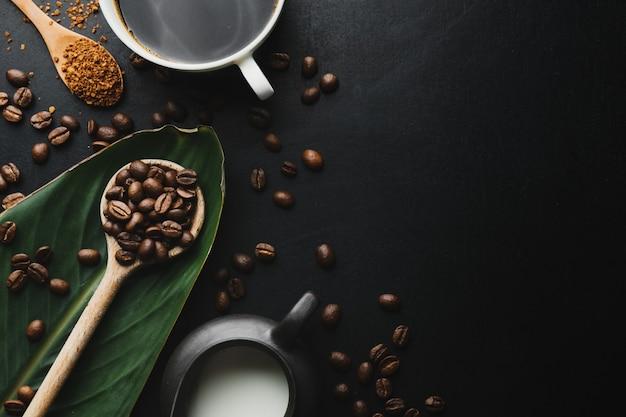 Koffieconcept met koffiebonen, houten lepels en koffie-espresso in kopjes. uitzicht van boven.