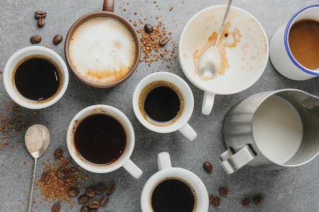 Koffieconcept met verschillende soorten koffie en rekwisieten voor het maken van koffie op grijze lijst. uitzicht van boven.