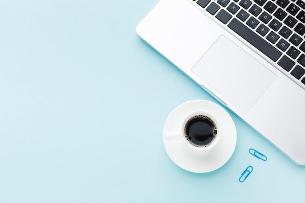 Koffiedrank en laptop exemplaarruimte
