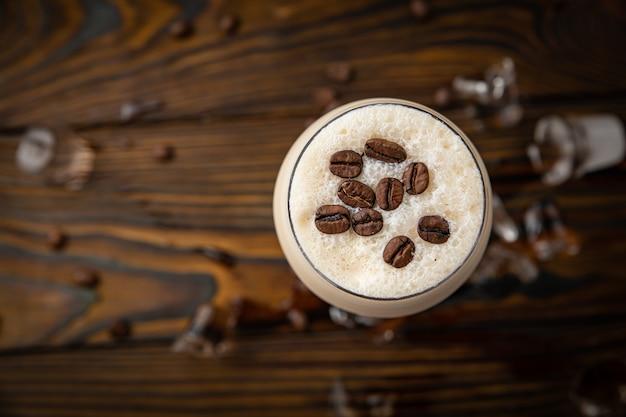 Koffiedrank frappe op een bruine houten lijst