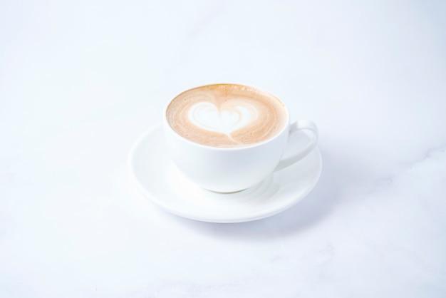 Koffiedrank met slagroom bovenop
