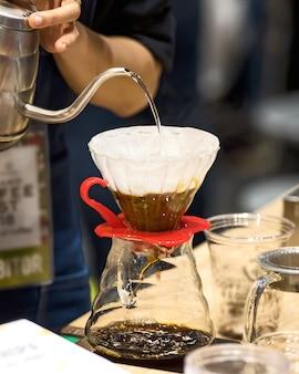 Koffiedruppelstijl.