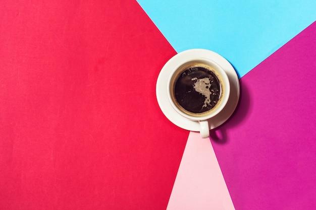 Koffiekop bij kleurrijke achtergrond