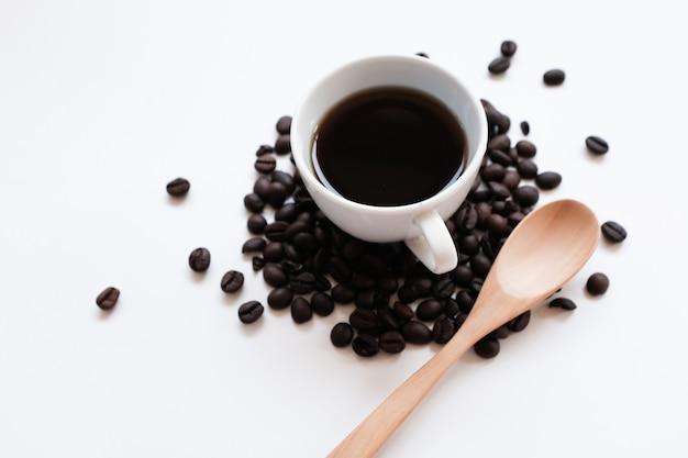 Koffiekop en bonen op een witte achtergrond.