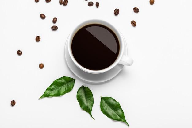 Koffiekop en bonen op een witte achtergrond