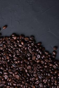 Koffiekop en bonen op oude grijze keuken beton achtergrond