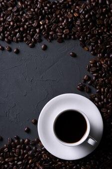 Koffiekop en bonen op oude grijze keuken beton, rotslijst. bovenaanzicht met copyspace