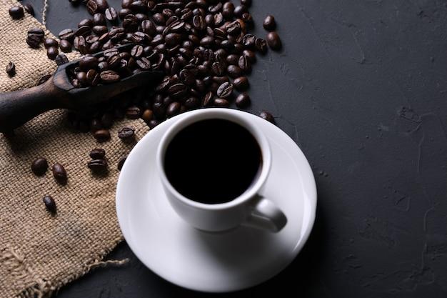 Koffiekop en bonen op oude grijze keuken beton, rotslijst. met copyspace