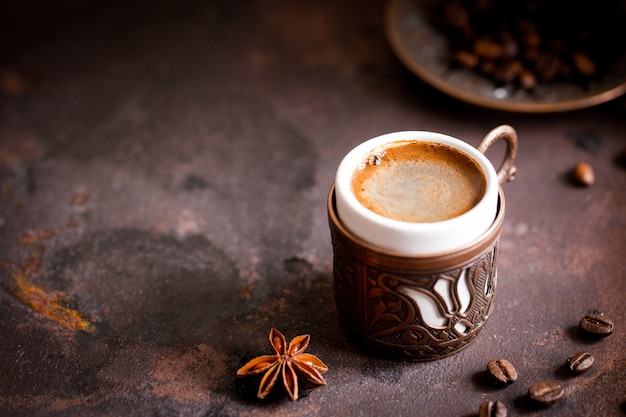 Koffiekop en bonen op oude keukenlijst. turkse koffie en turks fruit met copyspace