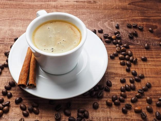 Koffiekop en koffiebonen op lijst